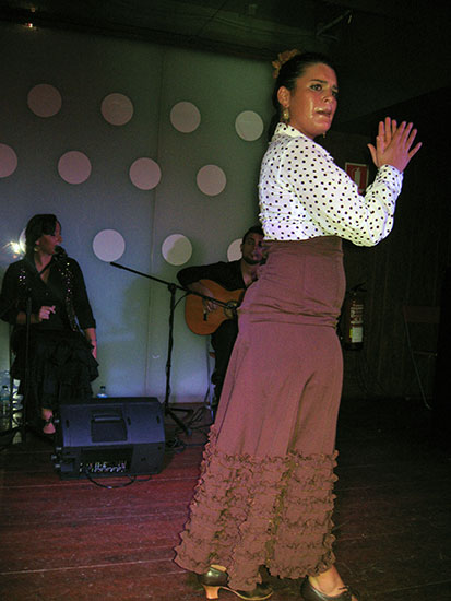 танцующая фламенко